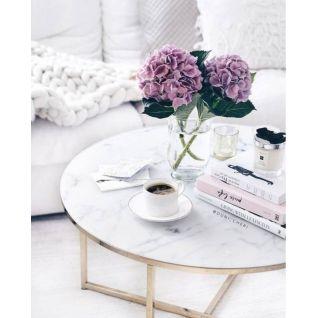 La table basse en marbre et laiton Valentina
